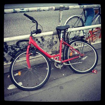 berlin warschauer brücke rotes fahrrad